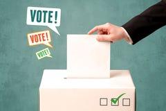 Устанавливать бюллетень голосования в урну для избирательных бюллетеней Стоковые Изображения RF