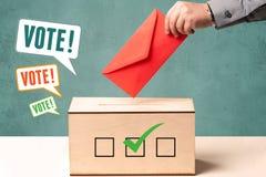 Устанавливать бюллетень голосования в урну для избирательных бюллетеней Стоковое Изображение
