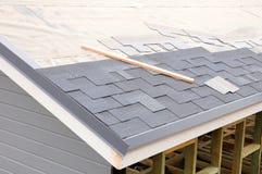 Устанавливать гонт Устанавливать гонт крыши битума стоковое фото rf