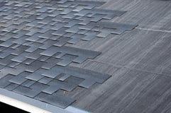 Устанавливать гонт Устанавливать гонт крыши битума стоковая фотография rf