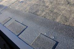 Устанавливать гонт Устанавливать гонт крыши битума стоковая фотография