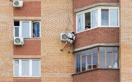 Устанавливать кондиционер воздуха на стене многоквартирного дома Стоковое Изображение RF