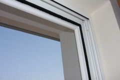 Устанавливать окно pvc в дом стоковая фотография rf