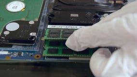 Устанавливать оперативное запоминающее устройство в ПК видеоматериал