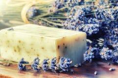 Устанавливать с естественным мылом и свежей лавандой стоковые изображения rf