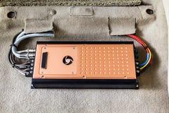 Устанавливать усилитель 4 каналов в автомобиль Стоковое фото RF