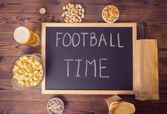 Устанавливать футбольных болельщиков пивной бутылки в коричневой бумажной сумке, стекло, Стоковая Фотография RF