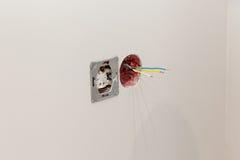 Устанавливающ гнезда, соединяя провода к новой стене комнаты Стоковая Фотография RF