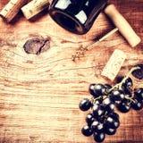 Устанавливающ с бутылкой красного вина, виноградины и пробочек Винная карта conc Стоковое Изображение RF
