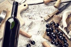 Устанавливающ с бутылкой красного вина, виноградины и пробочек Стоковые Фотографии RF