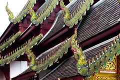 Установил в форме зме орла на крышу церков стоковая фотография