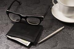 Установите бизнесмена Серебряная ручка, черное портмоне на старой предпосылке стоковые фотографии rf