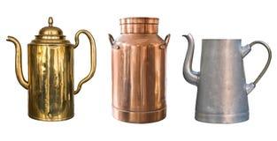 Установите винтажных деревенских объектов Латунный чайник, медная консервная банка молока и алюминиевый чайник белизна изолирован стоковое фото rf