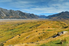 Установите воскресенье и окружающие горные цепи, используемые в лорде киносъемки сцены Edoras кино колец, в Новой Зеландии Стоковая Фотография RF