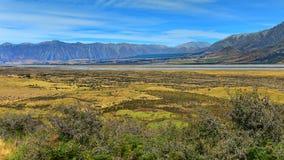 Установите воскресенье и окружающие горные цепи, используемые в лорде киносъемки сцены Edoras кино колец, в Новой Зеландии Стоковое фото RF