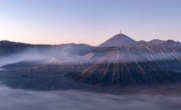 Установите вулкан Bromo во время голубого часа на национальном парке Bromo Tengger Semeru, East Java, Индонезии стоковая фотография