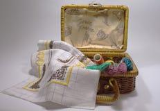 Установите вышивку в плетеной корзине Стоковое Изображение RF