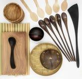 Установите деревянного tableware на белой предпосылке стоковая фотография