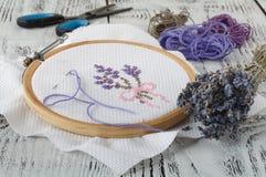 Установите для вышивки, обруча вышивки, linen ткани, потока, ножниц, вышитой кровати иглы Стоковые Изображения