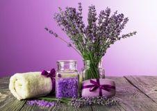Установите для обработок курорта, букета лаванды в вазе на фиолетовой предпосылке Стоковая Фотография