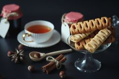 Установите для помадок и печениь завтрака с гайками для чая на bl стоковое изображение
