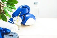 Установите для спорт, полотенца, перчаток бокса, гантели и бутылки воды на светлой предпосылке концепция здорового образа жизни п Стоковая Фотография RF