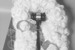 Установите для судьи: судите парик, handcluffs, молоток судьи, eyeglass конца книги Стоковое Изображение