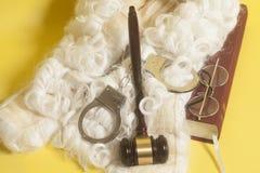 Установите для судьи: судите парик, handclufs, молоток судьи, eyeglass конца книги Стоковое Изображение RF