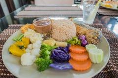 Установите затир креветки риса пряный и chill соус служил с смешанным красочным овощем в плите Стоковые Фотографии RF