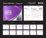 Установите дизайн 2018, фиолетовая крышка шаблона настольного календаря Стоковое Изображение RF