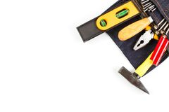Установите инструментальный ящик аппаратур в мешке с инструментами голубых джинсов без пояса стоковые изображения