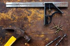 Установите квадрат, молоток и инструменты на текстурированной поверхности Стоковое Изображение RF