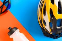 установите оборудование велосипеда на голубой и оранжевой бумажной предпосылке стоковое фото