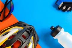 установите оборудование велосипеда на голубой и оранжевой бумажной предпосылке стоковое изображение rf