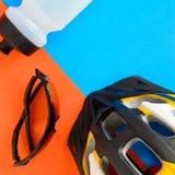 установите оборудование велосипеда на голубой и оранжевой бумажной предпосылке стоковые фото