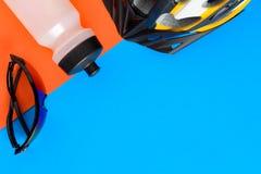 установите оборудование велосипеда на голубой и оранжевой бумажной предпосылке стоковое изображение