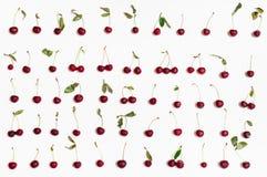 Установите от много зрелых красных вишен аранжированных на белизне Стоковые Изображения RF