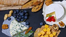 Установите подлинного французского сыра - камамбера, Dorblu, бри Сыр на плите с травами, плодами и гайками Фото для меню res стоковое фото