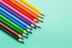 Установите покрашенных карандашей на зеленой предпосылке Подготовка для школы стоковое изображение rf