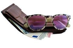 Установите путешественника: бумажник, пасспорт, стекла солнца и деньги Стоковые Изображения RF