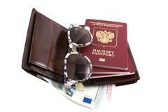 Установите путешественника: бумажник, пасспорт, стекла солнца и деньги Стоковые Фото