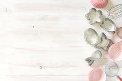 Установите резцов печений и бумажных олов на белой деревянной предпосылке стоковое фото