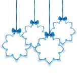 Установите снежинки рождества бумажные с смычками, на белизне назад Стоковые Изображения RF