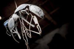 Установите солнечных очков старый и пылевоздушный веревочкой, осмотренный снизу стоковые фото