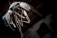 Установите солнечных очков старый и пылевоздушный веревочкой, осмотренный снизу стоковое фото