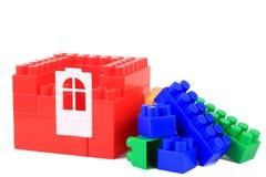 Установите строительные блоки цвета пластичные на предпосылке изолированной белизной Стоковые Фото
