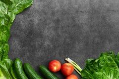 Установите сырцовых натуральных продуктов, овощей со свежими ингредиентами для здорово варить на черной предпосылке, взгляде свер стоковые фото