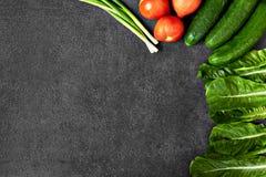 Установите сырцовых натуральных продуктов, овощей со свежими ингредиентами для здорово варить на черной предпосылке, взгляде свер стоковые фотографии rf