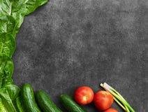 Установите сырцовых натуральных продуктов, овощей со свежими ингредиентами для здорово варить на черной предпосылке, взгляде свер стоковое изображение