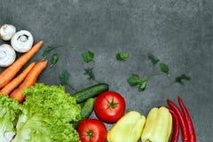 Установите сырцовых органических овощей со свежими ингредиентами для здорово варить на черной предпосылке, взгляде сверху, знамен стоковое фото rf